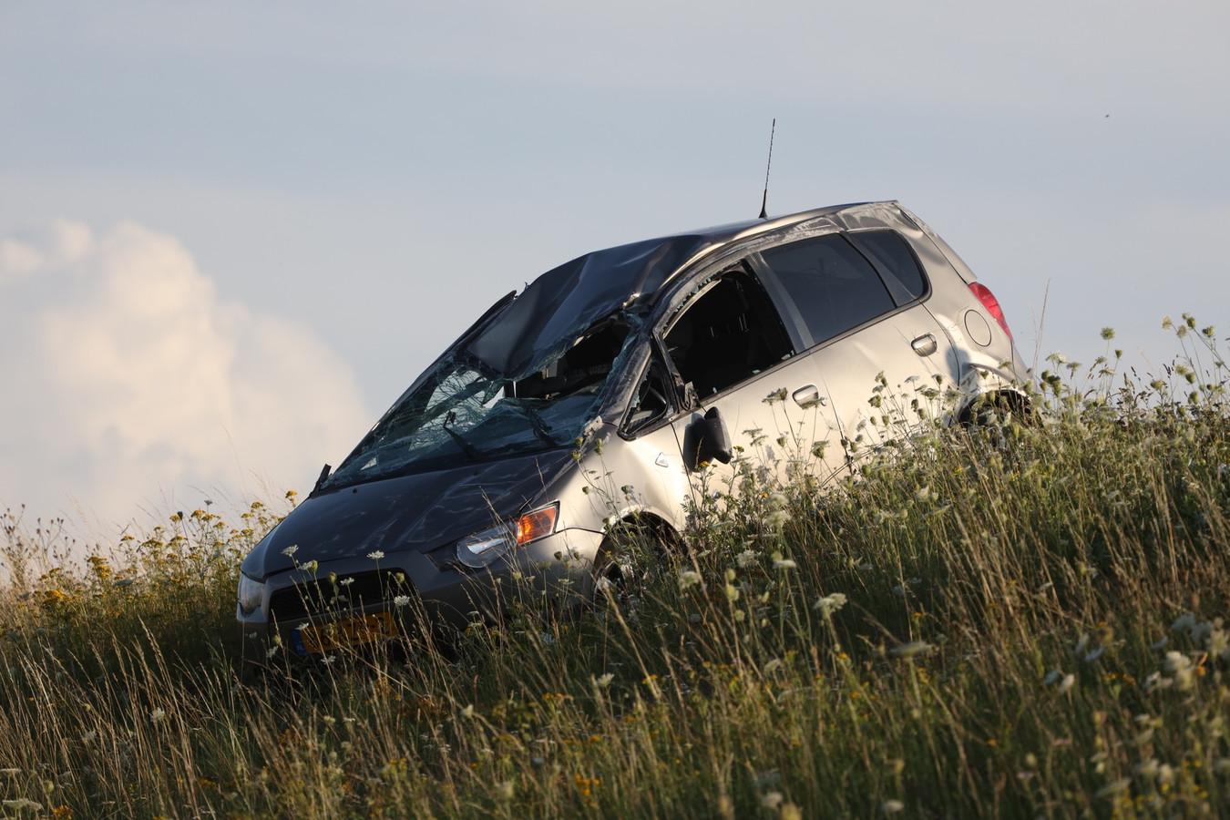 Auto slaat over de kop en belandt op talud naast snelweg A50 bij Veghel.