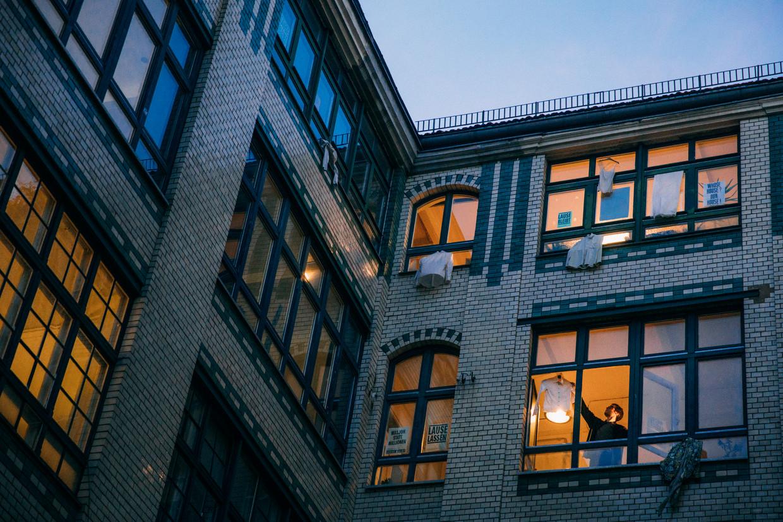 'Lause', een pand in Berlijn-Kreuzberg. In 2006 werd het door een investeerder gekocht van de gemeente. Hij wil het verkopen, maar de huurders verzetten zich daartegen. Beeld Marlena Waldthausen