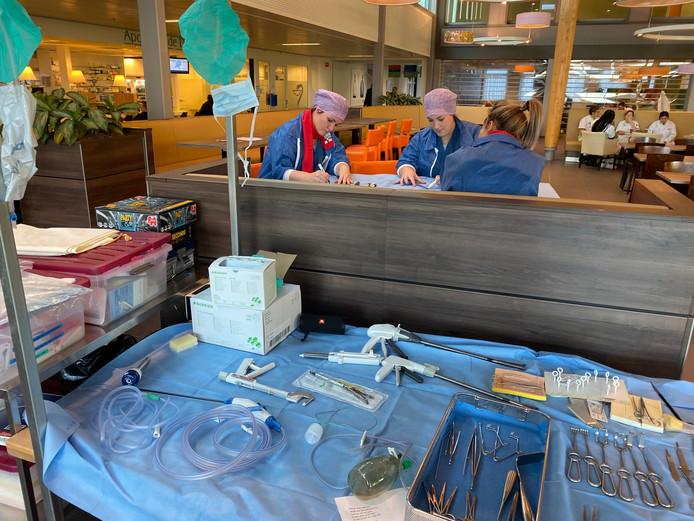 Medewerkers van het ETZ, locatie TweeSteden maken een spandoek.