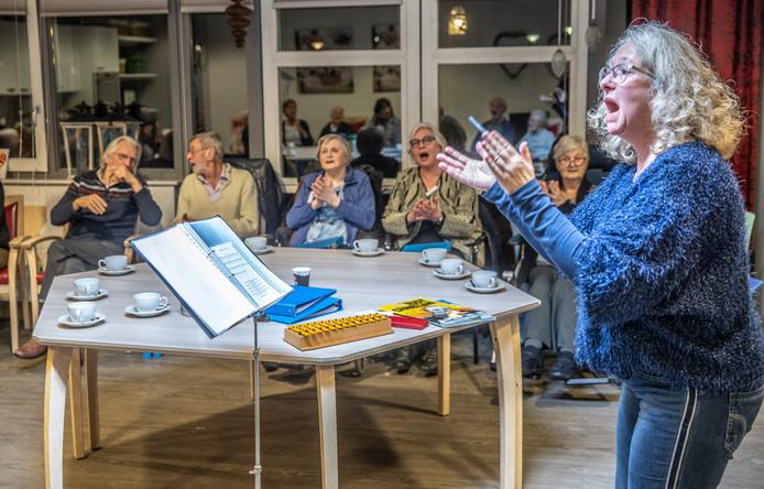Soms pakt dirigent Hetty Bolt haar trommel erbij voor een Afrikaans lied. Een volgend moment zingen de leden van het koor Oud Goud een oud geestelijk gezang. Het kan en mag allemaal.