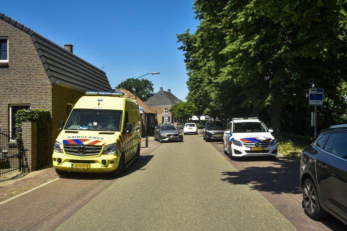 Een ambulance en politieauto staan in de straat waar net het ongeluk is gebeurd.