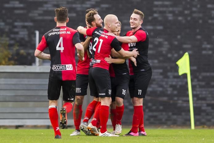 Spelers van De Treffers feliciteren Robin Janssen (met baard) na het maken van de 1-1.