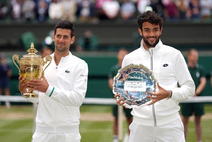 Matteo Berrettini (rechts) werd na verlies in de finale tegen Novak Djokovic tweede op Wimbledon.
