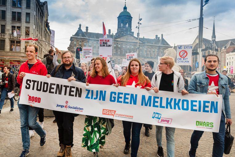 Studentenprotest in 2018 in Amsterdam tegen het plan van minister Van Engelshoven om studenten meer rente te laten betalen op studieleningen.  Beeld Hollandse Hoogte