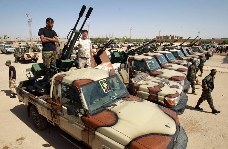 Troepen van de Libische krijgsheer Khalifa Haftar staan in zijn bolwerk Benghazi klaar om versterking te bieden aan zijn eenheden in Sirte. Die hebben zich de laatste tijd naar die stad moeten terugtrekken na een offensief van het regeringsleger dat steun krijgt van Turkije. Beeld AFP