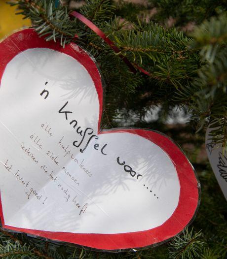 Wat een liefde: bomen in Nijverdal hangen vol met wenskaarten