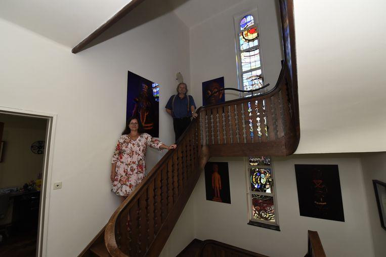 Bewoners Hendrik Van den Bossche en Hilde Theuns. Het grote glasraam is een opvallend kenmerk van de woning.