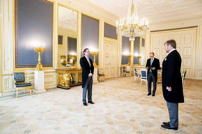 Bas van 't Wout wordt op paleis Noordeinde beëdigd door koning Willem-Alexander tot demissionair minister van Economische Zaken en Klimaat.