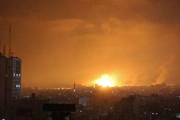 Ondertussen gaan ook de luchtaanvallen door. De hemel licht op na een luchtaanval op Beit Laha in het noorden van de Gazastrook.