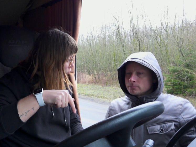 Lady Trucker Silke zet laders op hun plaats in schitterend 'Flenglish'