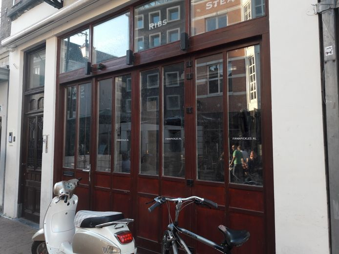 In dit pand aan de Kerkstraat waar Pickles was gevestigd, beginnen Roy Duivenvoorde en Kevin Nijenhuis een nieuw horecabedrijf.