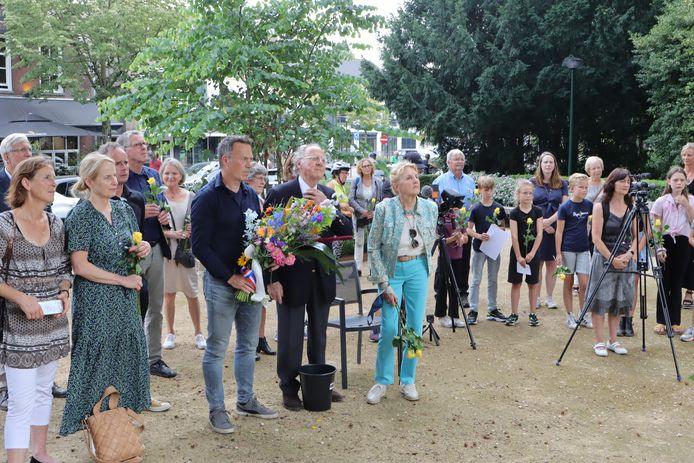 In Oisterwijk werden donderdag weer 6 nieuwe struikelstenen gelegd om de herinnering aan slachtoffers van de Holocaust levend te houden. Nabestaanden en burgemeester Hans Janssen waren daarbij aanwezig.