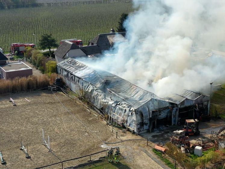 Grote brand in paardenstal in Bemmel, rook in Nijmegen te zien