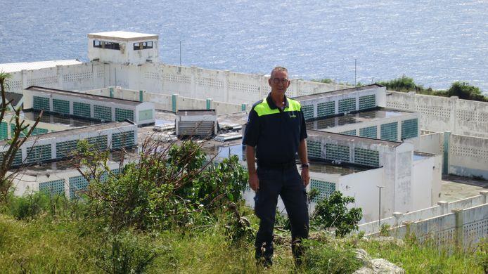 Karelskamp-directeur Ton Golstein, tijdens zijn bijzondere klus in het najaar van 2017 op Sint Maarten. Op de achtergrond de grotendeels verwoeste gevangenis.
