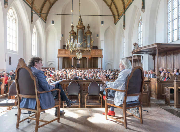 René Verhulst (links) in gesprek met Jan Siebelink in de Kloetingse Geerteskerk.