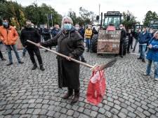 Boeren overhandigen een tas bezwaarschriften met een hooivork: 'Wat moeten we doen om gehoord te worden?'