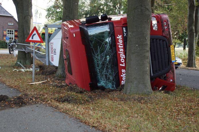 De vrachtwagen kwam tegen een boom tot stilstand.