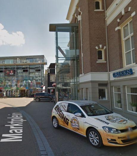 Auto en fiets verliezen terrein in binnenstad Apeldoorn, voetganger wint