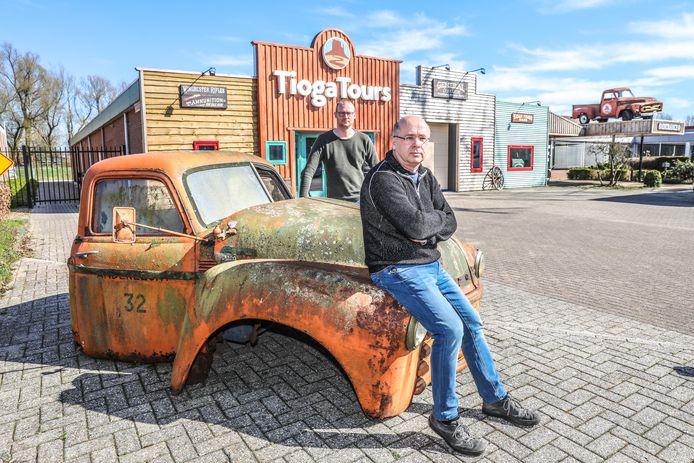 Paul Backer (voorgrond) en Martin Winkel, de twee eigenaren van Tioga Tours voor hun Zwolse bureau.
