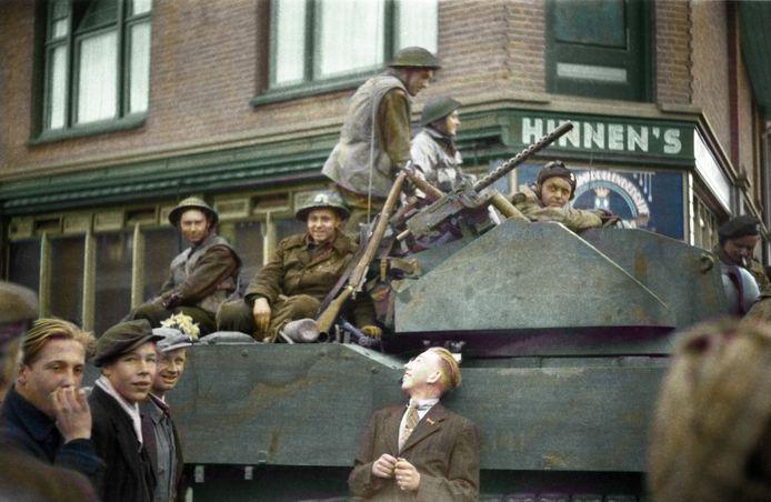 Canadese bevrijders met hun tank op de hoek van de Bornerbroeksestraat, voor wat nu het Onderdelenhuis is. De foto is door Peter Leeuwen met heel veel werk digitaal van kleur voorzien.