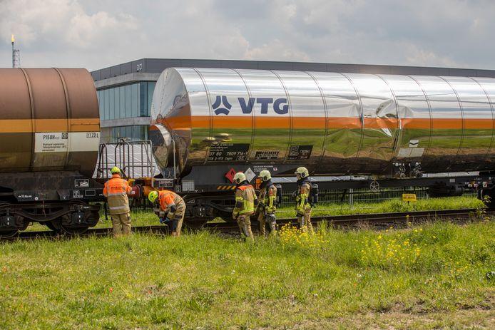 Op industriegebied Moerdijk in Klundert zijn een vrachtwagen en een goederentrein vrijdagmiddag rond 14.00 uur met elkaar in botsing gekomen.