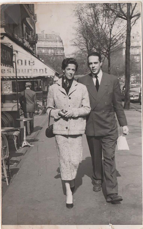 Jetty Paerl en Cees Bantzinger aan de wandel op de Avenue de Wagram in Parijs, 1953. Beeld Familiearchief
