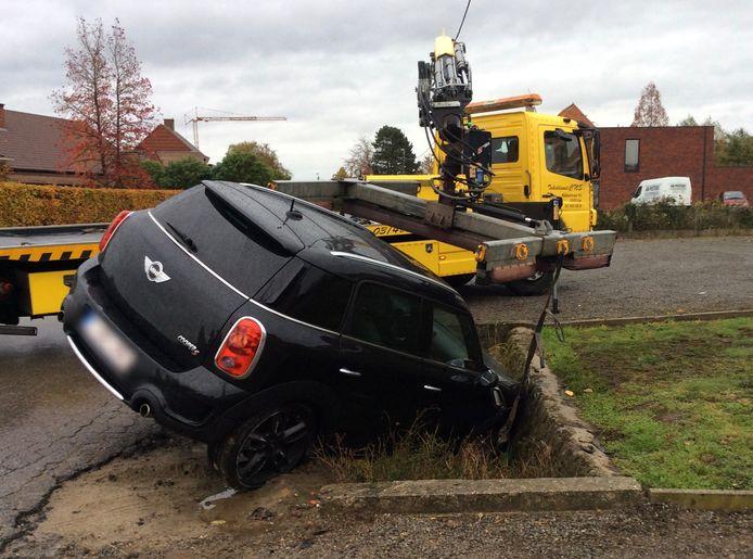 De wagen belandde in de gracht. Toen bleek dat de vrouw zonder rijbewijs reed en onder invloed van alcohol werd haar wagen in beslag genomen.