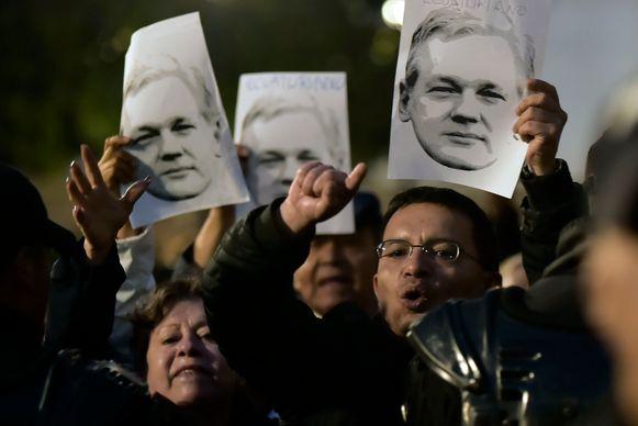 Aanhangers van Correa protesteren aan de rechtbank tegen het vonnis.