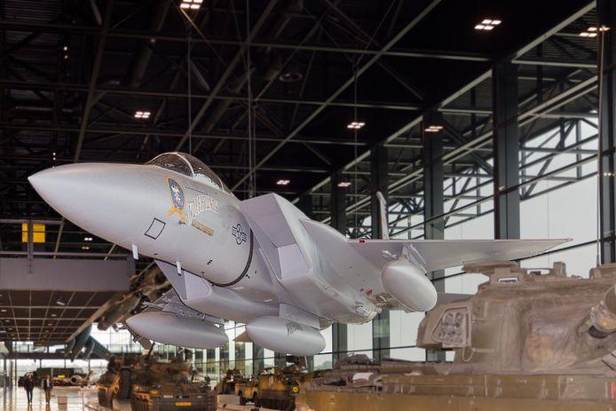 De Amerikaase F-15 hangt in het Nationaal Militair Museum in Soesterberg.