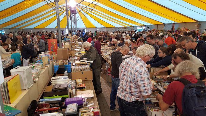 De boekenstand wordt druk bezocht.
