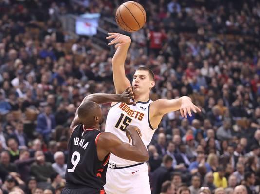 Denver Nuggets' Nikola Jokic (rechts) in duel met Toronto Raptors' Serge Ibaka.