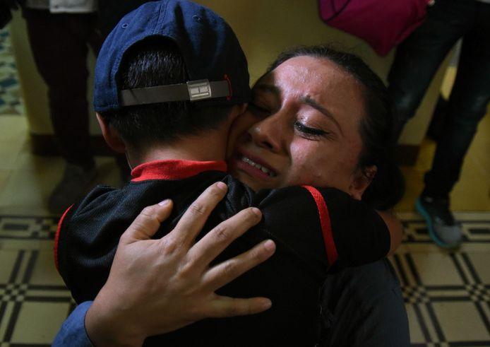 Hereniging van een moeder en haar kind nadat ze in de VS van elkaar gescheiden werden.