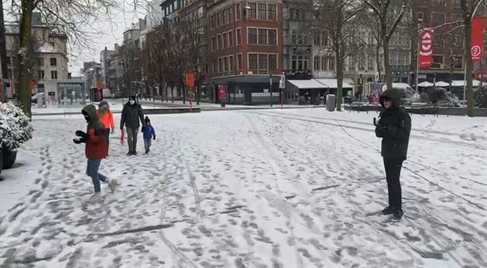 Enkele jongeren hielden zaterdagnamiddag een sneeuwballengevecht op de Grote Markt.