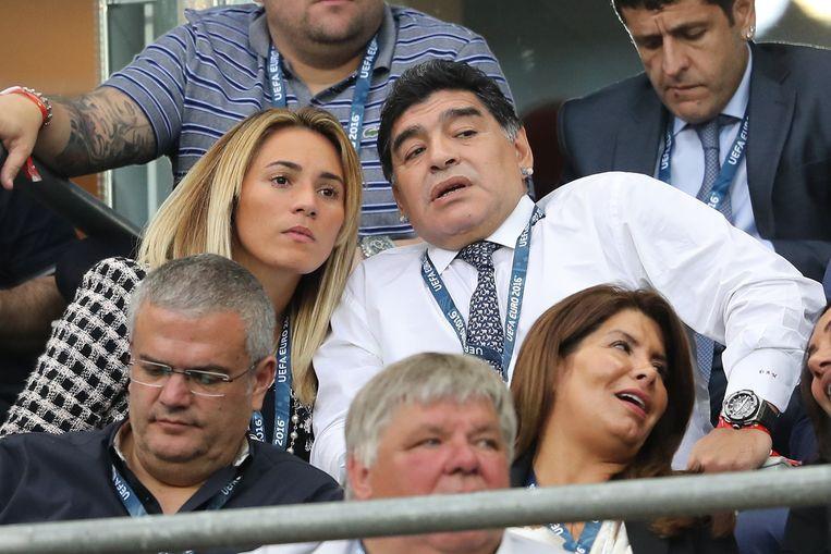 Aandachtige toeschouwers tijdens Euro 2016 in Frankrijk: Pluisje en zijn toenmalige vriendin Rocío Oliva. Beeld Photo News