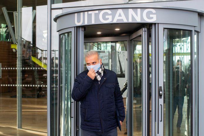 Melikan Kucam verlaat de rechtbank in Antwerpen na zijn veroordeling in het fraudedossier in januari 2021.
