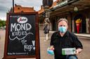 Cees Kamphuis bij zijn snackbar bij het Deventer Station. Vanuit hier verkocht hij zijn overzocht aan mondkapjes. Door tegenslagen moest hij een behoorlijk verlies incasseren.