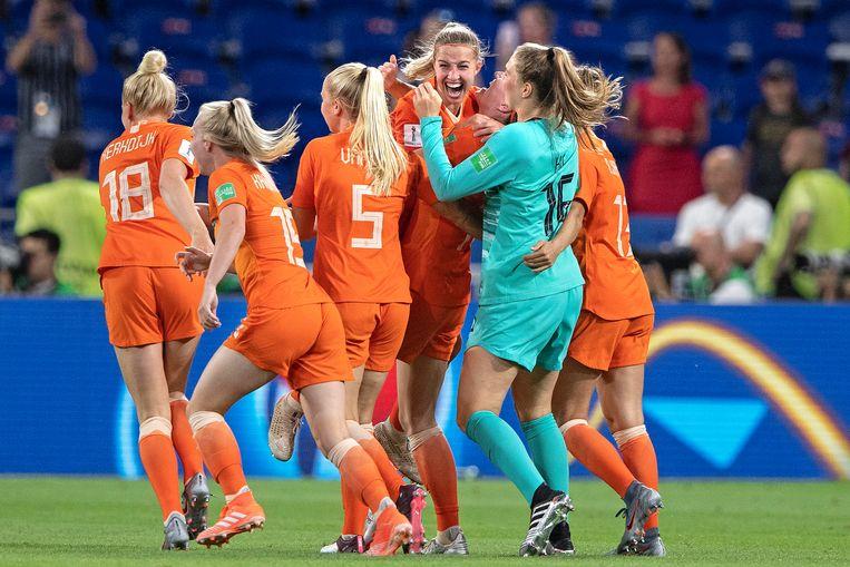 Jackie Groenen is het middelpunt van de feestvreugde na de zege in de halve finale tegen Zweden. Ze scoorde de enige goal.  Beeld Guus Dubbelman / de Volkskrant