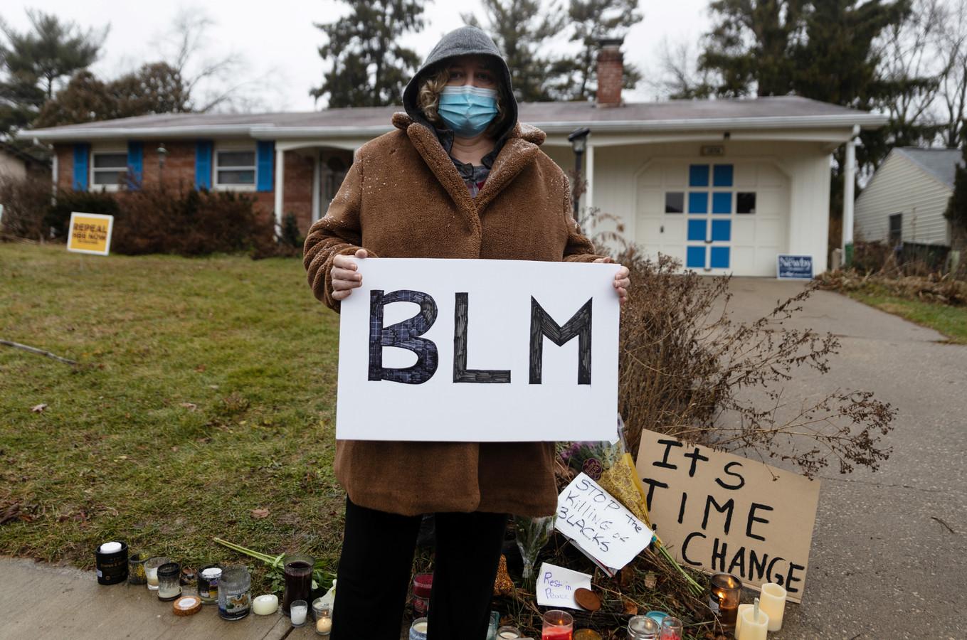 Een demonstrant voor het huis waar Hill om het leven kwam.