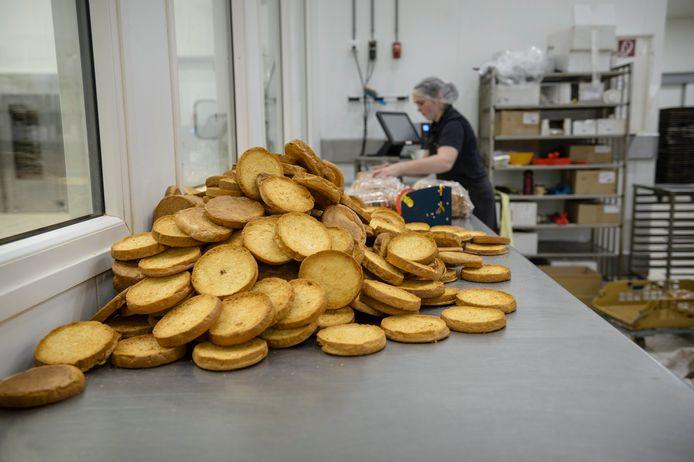 Op de werkvloer bij Bakkerij Nollen in Hengevelde.