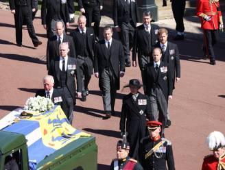Harry en William niet zij aan zij tijdens begrafenis prins Philip, maar ze praten wél na de dienst