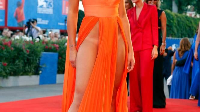 Zou jij in deze weinig verhullende jurk over straat durven?