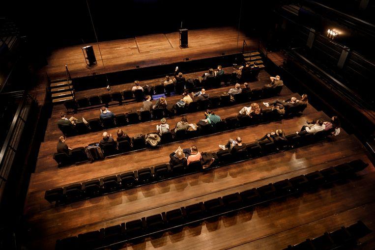 Voor het eerst in een half jaar is er opnieuw theater te zien in ons land. De toeschouwers zitten ver van elkaar, en de luchtkwaliteit in de zaal wordt constant gemonitord. Beeld Eric de Mildt