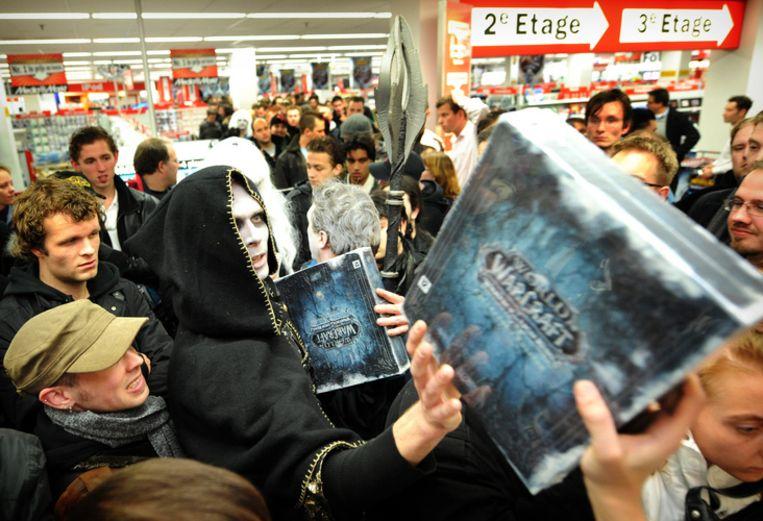 Drukte vannacht bij Media Markt Rotterdam, waar de eerste exemplaren van de nieuwe Warcraft-expansie worden verkocht. Foto ANP/Marco de Swart Beeld