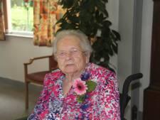 Wantje Cappon met haar 107 jaar oudste inwoonster gemeente Sluis