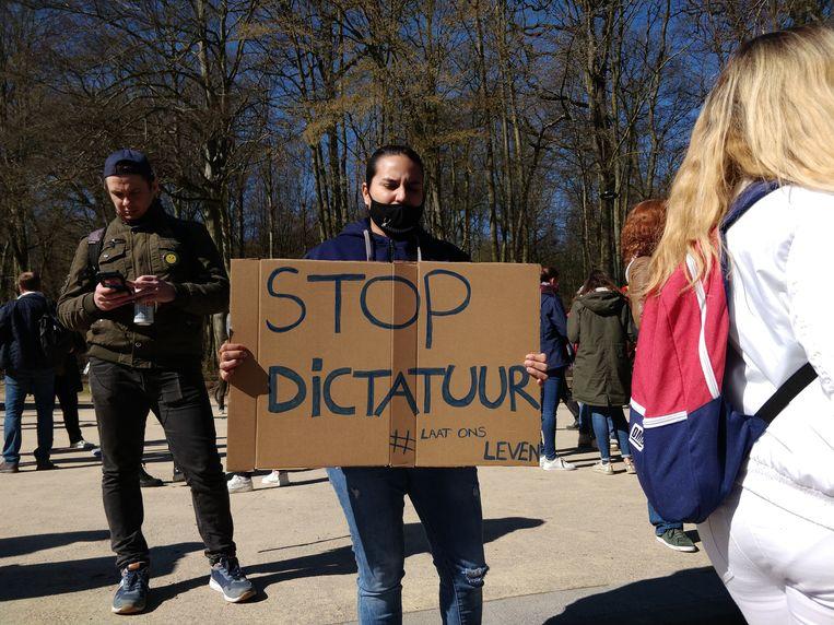 Ook in België, zoals hier zaterdag in Brussel, komen mensen in verweer nu versoepelingen uitblijven.  Beeld BELGA