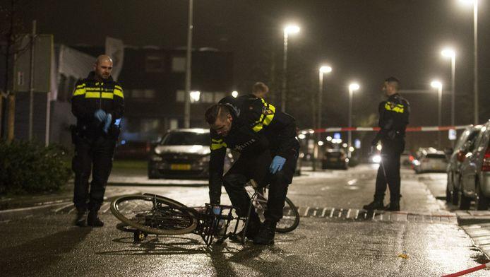 De politie onderzoekt één van de fietsen na de steekpartij op de Ina Boudier-Bakkerlaan.