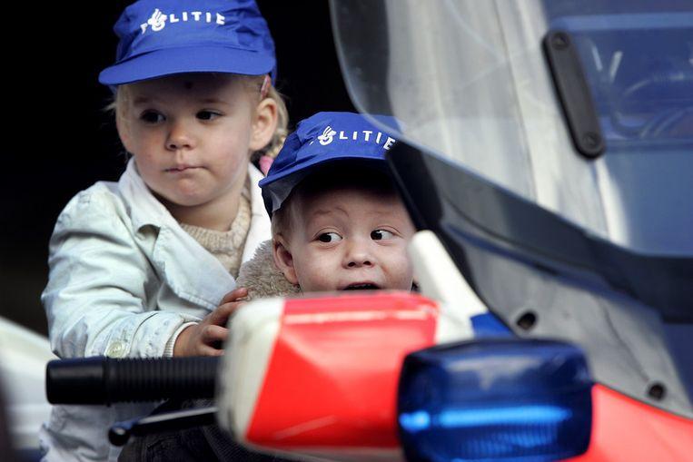 Twee jonge bezoekers tijdens een open dag van de politie. Beeld ANP