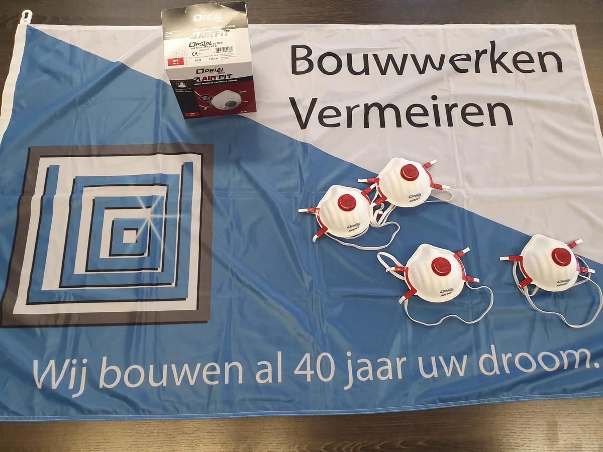 Bouwwerken Vermeiren schonk dertig maskers aan het woonzorgcentrum Stede Akkers.