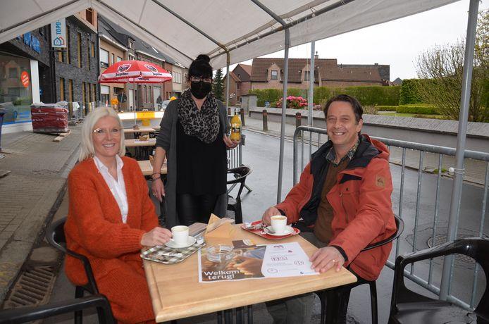 Uitbaatster Conny Waltniel bedient burgemeester Veerle Baeyens en schepen Bart Ottoy op het uitgebreide terras van café Gomaar in Denderhoutem.