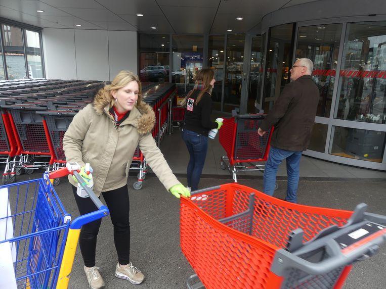 Gebruikte winkelkarren worden door het personeel onmiddellijk ontsmet.